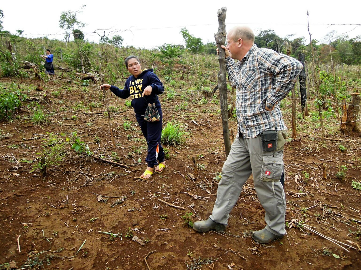 Michael Schneider besichtigt Bergnuss-Plantage