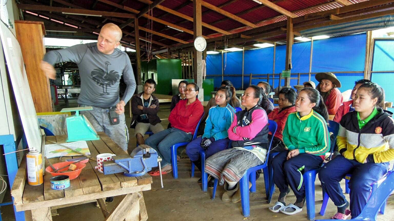 Michael Schneider Unterricht Arbeiterinnen Mai Savanh Lao