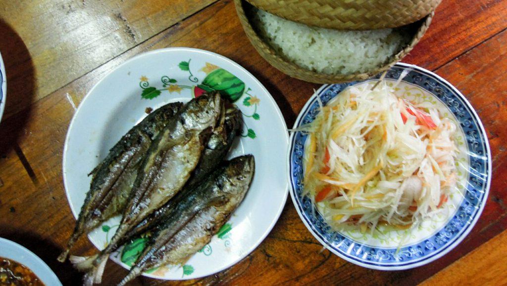 Papayasalat gegrillter Fisch Klebreis Laos kulinarisch