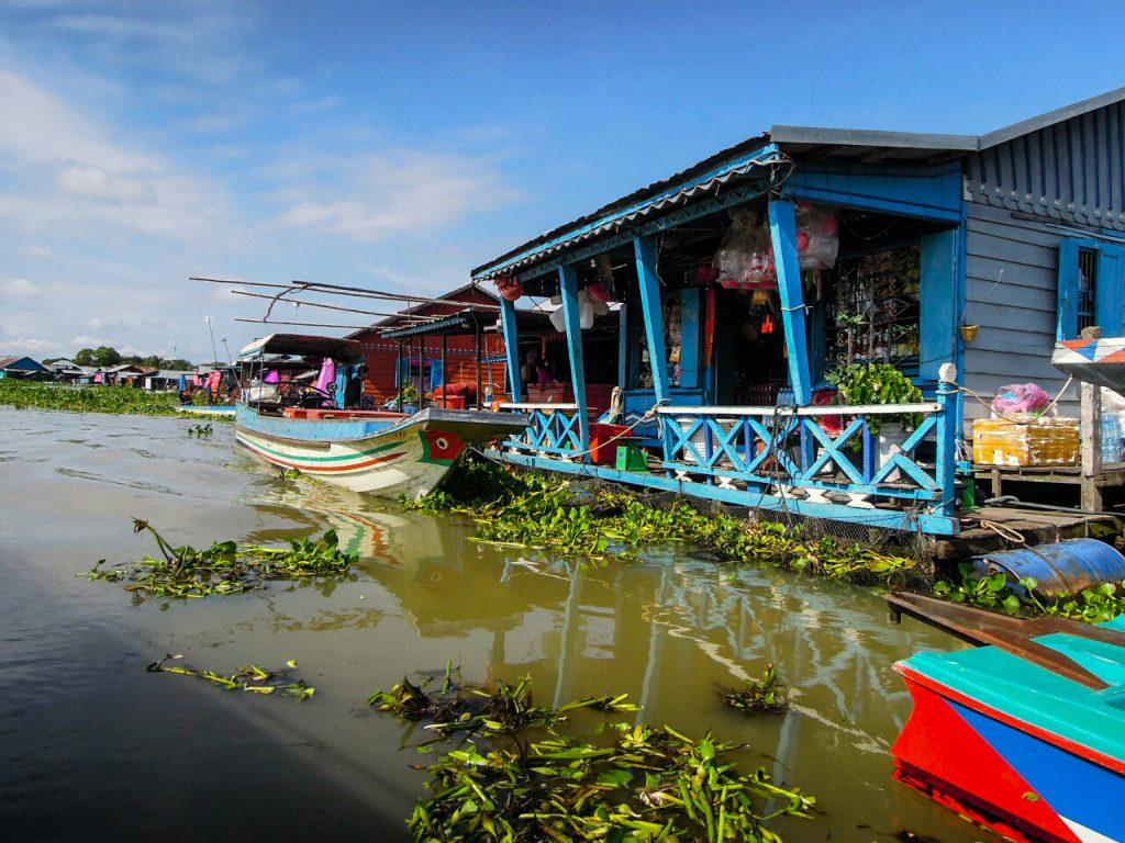 Tonle Sap schwimmende Dörfer farbenfrohe Häuser Kambodscha