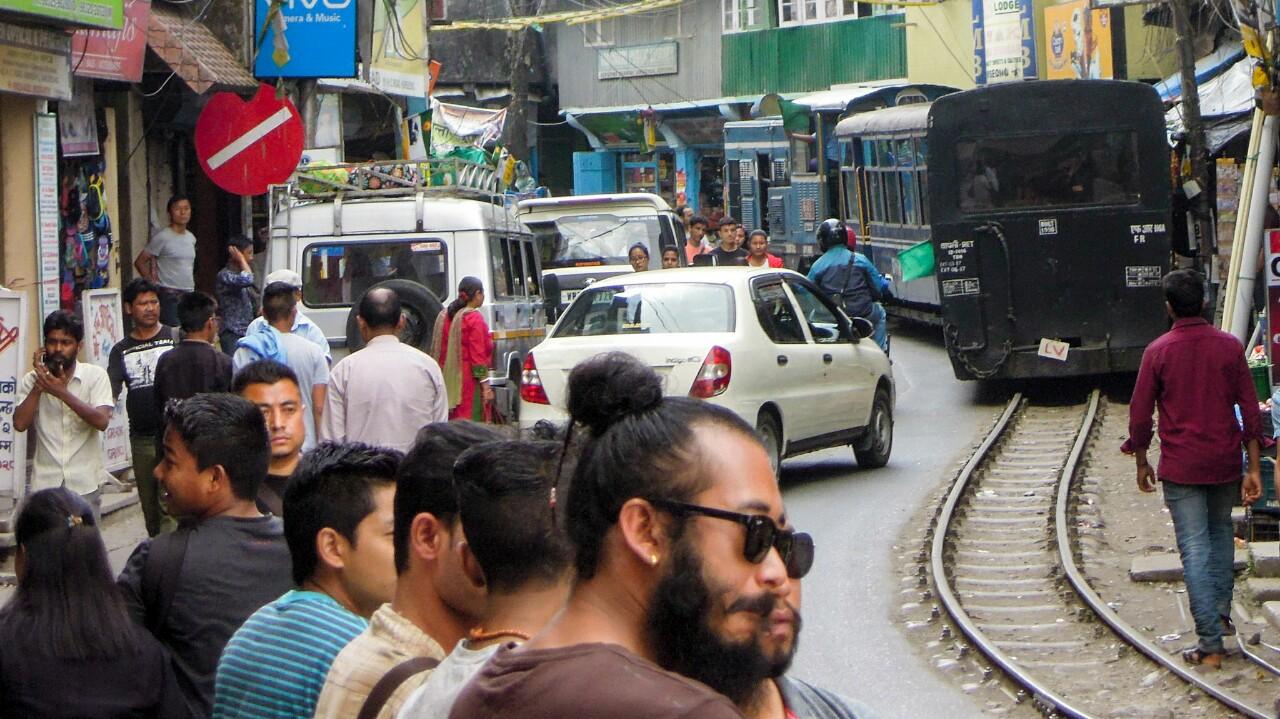 Darjeeling Himalayan Railway fährt mitten durch Kurseong