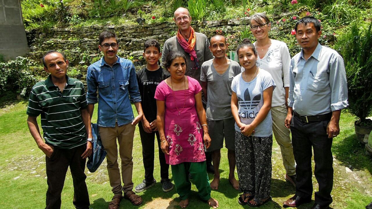 Familie Khatiwoda und die Besucher (c) Reinhard Gessl