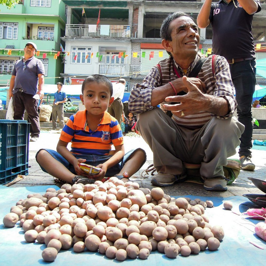 Gyalshing Geyzing market potatoe (c) Reinhard Gessl