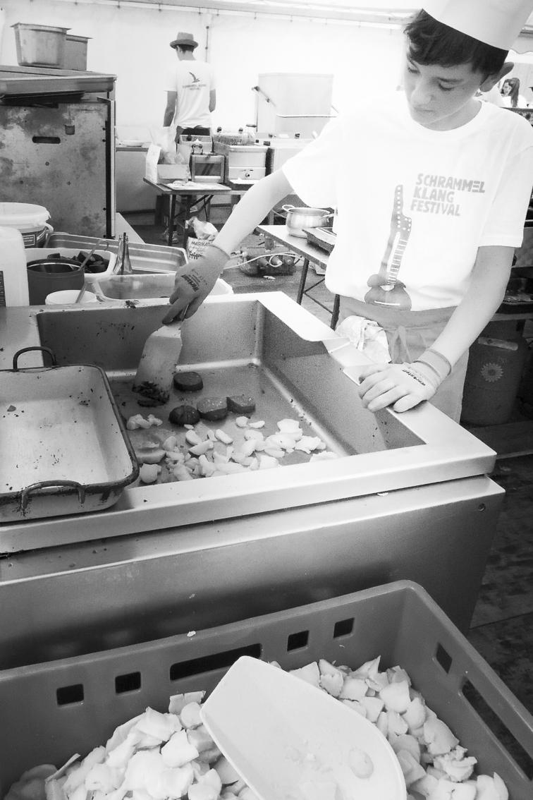 Kevin am Blutwurst-Bräter in der Bio-Großküche
