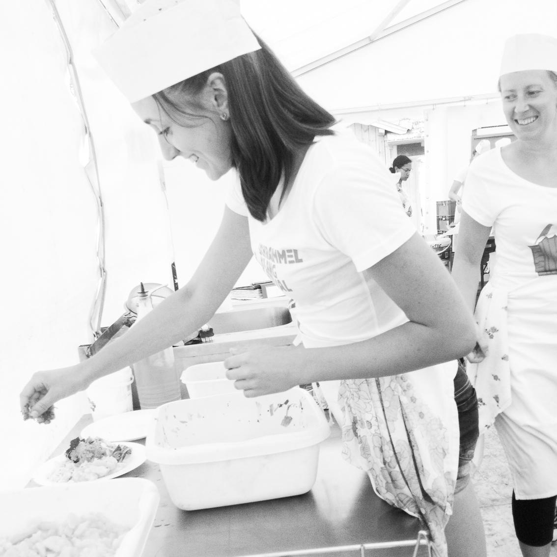 Eva mit Salat in der Boi-Großküche, organic17